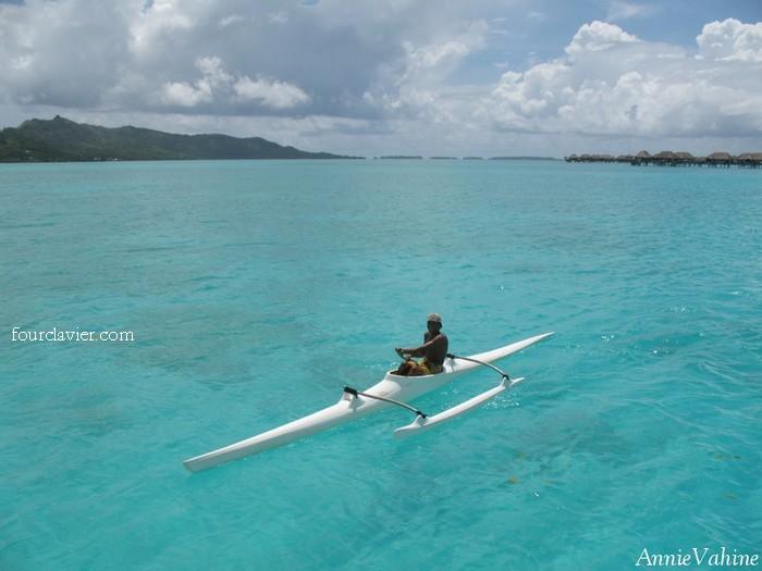 rameur sur le lagon de Bora